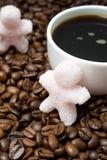 以一个小人和一杯咖啡的糖的形式 免版税库存图片