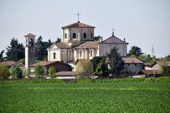 一个小伦巴第村庄的教会在乡下-意大利 免版税库存照片