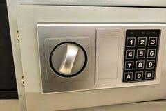 一个小保险柜的贵重物品的看法,保存和金钱,安全 库存图片