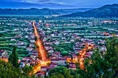 一个小克罗地亚镇的鸟瞰图在与明亮的光的夜 库存图片