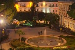 一个小公园的晚上视图在城市的中心 卡塔尼亚 西西里岛 意大利 免版税库存图片
