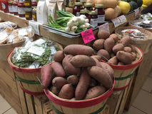 一个小农市场的内部 免版税库存照片