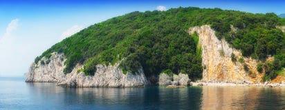一个小半岛在风平浪静 免版税库存照片