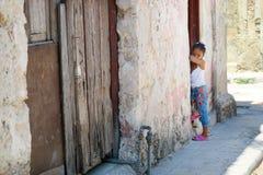 一个小古巴女孩等待她的妈妈 免版税库存照片