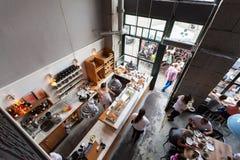 一个小咖啡馆的内部与早餐的在顶楼式 库存照片