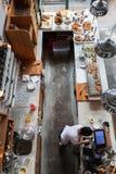 一个小咖啡馆的内部与早餐的在顶楼式 库存图片