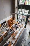 一个小咖啡馆的内部与早餐的在顶楼式 图库摄影