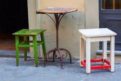 一个小咖啡馆的表和椅子在佛罗伦萨 免版税库存照片