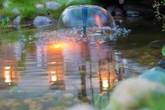 一个小喷泉在晚上末期 图库摄影