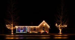一个小圣诞节村庄在圣诞灯装饰了 免版税库存图片