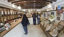 一个小地方,但是伟大的咖啡-在Torrefazione马尔希 免版税库存图片