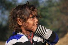 一个小地痞孩子的画象 无家可归的孩子 免版税图库摄影