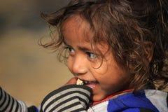 一个小地痞孩子的画象 无家可归的孩子 免版税库存照片