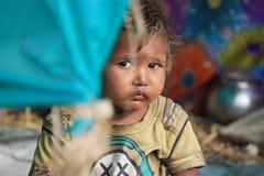 一个小地痞孩子的画象 无家可归的孩子 免版税库存图片