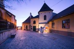 一个小塔的夜视图在锡比乌,罗马尼亚 免版税库存图片