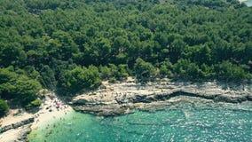 一个小多岩石的海滩的鸟瞰图在亚得里亚海的 免版税库存图片