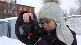 一个小女孩做一张垂直的照片 影视素材