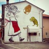 一个小女孩和青蛙的murales 库存图片