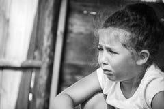 一个小女孩哭泣,泪花滚动下来她的面颊 免版税库存照片
