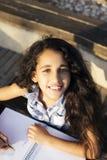 一个小女孩在公园画心脏 免版税库存照片