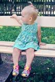 一个小女孩在公园走 免版税图库摄影