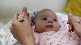 一个小女孩在她的小儿床在 股票视频