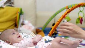 一个小女孩在她的小儿床在 股票录像