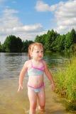 一个小女孩在河游泳。 免版税库存照片