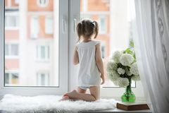 一个小女孩坐窗台 花束开花例证向量 图库摄影