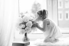 一个小女孩坐窗台 花束开花例证向量 库存图片