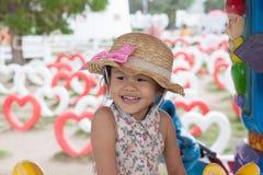 一个小女孩微笑的佩带的帽子 图库摄影