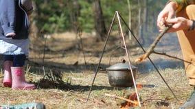 一个小女孩投掷在营火的木头 独立和努力 影视素材