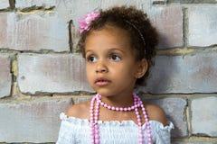 一个小女孩混血儿的画象,可悲 库存图片