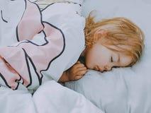 一个小女孩甜甜地睡觉 免版税库存图片