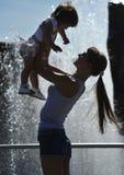 有她的母亲的小女孩 免版税库存图片
