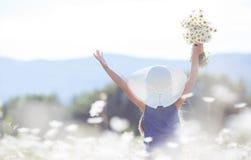 一个小女孩的夏天画象戴西的领域的 免版税图库摄影