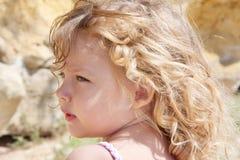 一个小女孩的夏天画象 免版税库存照片