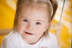 一个小女孩的情感有唐氏综合症的 库存照片
