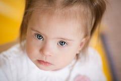 一个小女孩的情感有唐氏综合症的 免版税库存图片