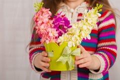 一个小女孩的手有春天的开花 免版税库存图片