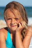 一个小女孩的海滩画象 免版税库存照片