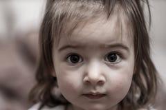 一个小女孩的特写镜头画象在眼睛的焦点 库存图片
