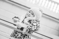 一个小女孩的画象在篱芭附近的 库存图片