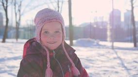 一个小女孩的画象在获得的冬天与雪的乐趣 影视素材