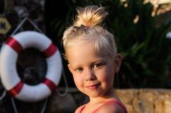 一个小女孩的画象由水池的 库存照片