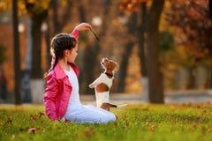 一个小女孩的画象被弄脏的桔子背景的在一个秋季晴天离开 免版税图库摄影