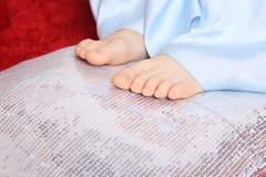 一个小女孩的赤足脚 库存照片