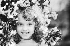 一个小女孩的黑白画象有春天的开花  库存照片