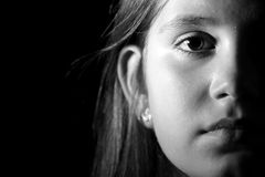 一个小女孩的黑白画象 免版税图库摄影