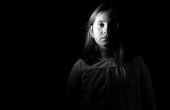 一个小女孩的黑白画象 库存照片
